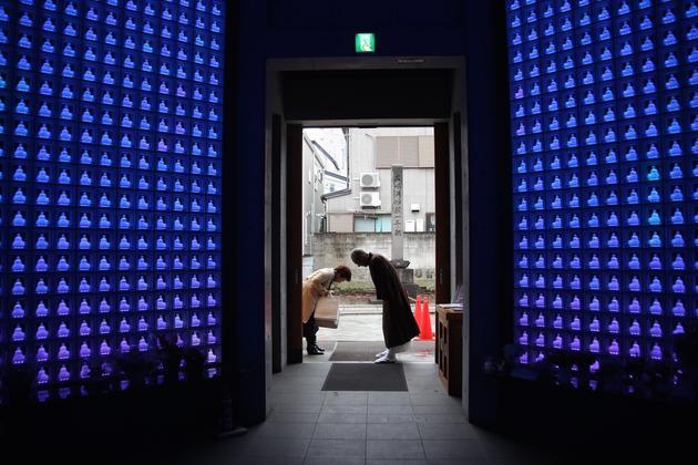 日本的高科技殡葬和祭奠方法似乎充满未来感。但这似乎只是表明,社会正在利用已有的技术适应不断变化的规范和生活方式。