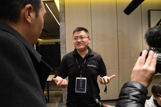 图注:新闻发布会上接受采访的樊麾。哈萨比斯说樊麾和AlphaGo下棋的感受就像是面对一堵墙。