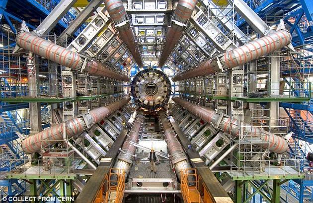 去年12月,大型强子对撞机的两大探测器ATLAS和CMS发现一种新粒子存在的迹象。这种疑似新粒子比希格斯玻色子重6倍。大型强子对撞机将于下个月重新实施对撞实验,到夏天时将可以得到确切的结果,最终结果要么证实要么驳斥这种粒子的存在。