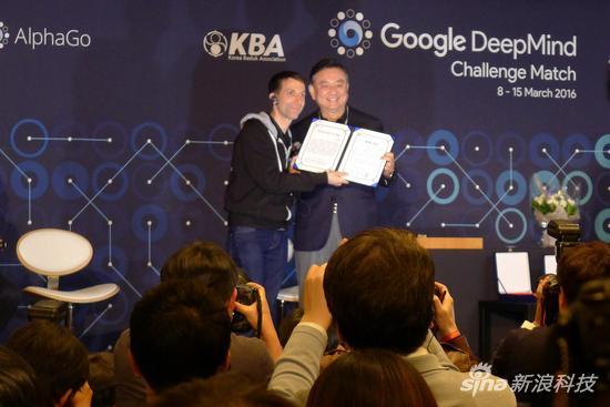 AlphaGo被授予名誉九段证书 欲战柯洁