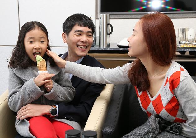 李世石与妻子和女儿在一起