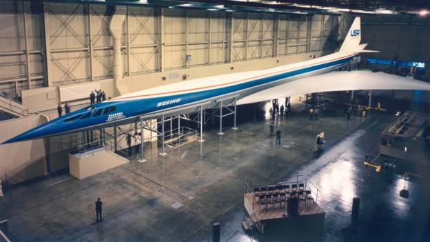 """波音公司西雅图工厂内正在组装的三角翼型""""2707""""全尺寸模型机"""