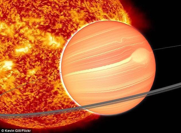 """借助美国宇航局的""""斯皮策""""空间望远镜,科学家们发现了一颗行为怪异的行星,其轨道偏心率极大,更像是一颗彗星的轨道。这颗行星编号HD 80606b,其大小与木星相当,但其质量比木星要大4倍左右,距离地球大约190光年,位于大熊座方向"""