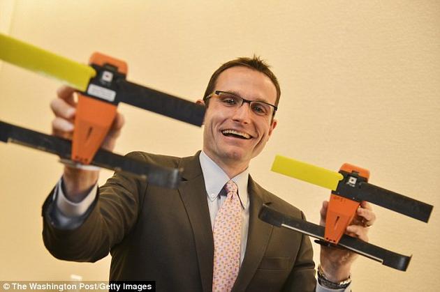 美国国防部战略能力办公室负责人、物理学家威廉-罗伯尔在接受《华盛顿邮报》采访时表示,去年的试飞证明了这种微型无人机的蜂群战术能力。