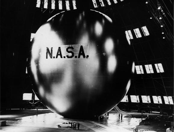 """这是美国宇航局研制的首个通讯卫星——""""回声一号"""""""