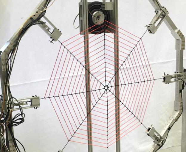"""一个低音喇叭为""""蜘蛛网""""提供了不同频率的振动"""