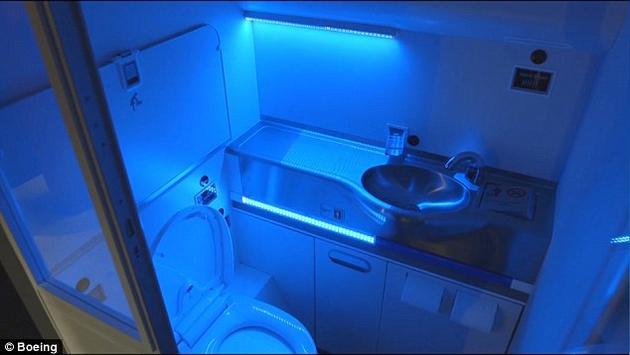 波音公司正在研究用紫外光来解决洗手间清洁问题,据称能杀死99.9%的病原体。当使用者离开洗手间的时候,这项新技术就会立即启动,在3秒钟之内对洗手间内所有物体的表面进行消毒,甚至能把马桶盖掀开再关上。