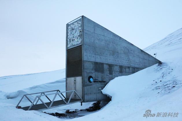 末日种子库的入口矗立在常年积雪的半山腰上,形似巨大战舰桅杆