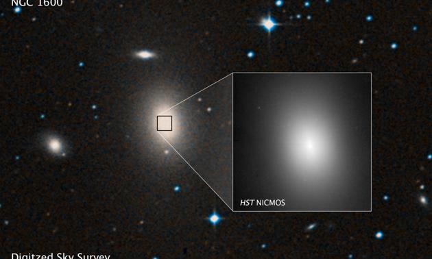 图为大型星系NGC 1600的照片,以及由哈勃望远镜拍摄的星系核心部位近照,这里可能存在着一个质量为太阳的170亿倍的超大质量黑洞,或者双黑洞。