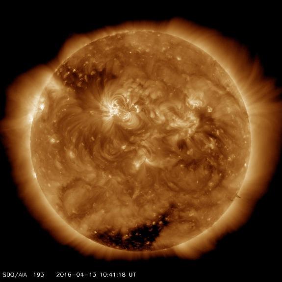 2016年4月13日的太阳。尽管已经燃烧了45亿年之久,但太阳正值壮年,还有一半的寿命