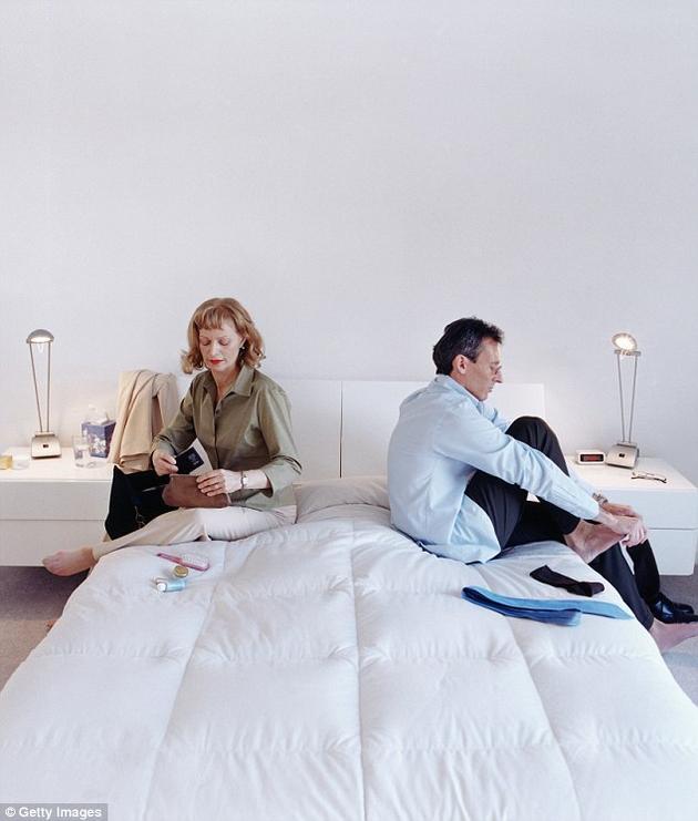 西班牙床垫制造商发明一种可以检测配偶是否出轨的神奇床垫。这种床垫内置24个超声波传感器,可以探测出床上正在进行的可疑行为,并通过智能手机的客户端程序通知用户。