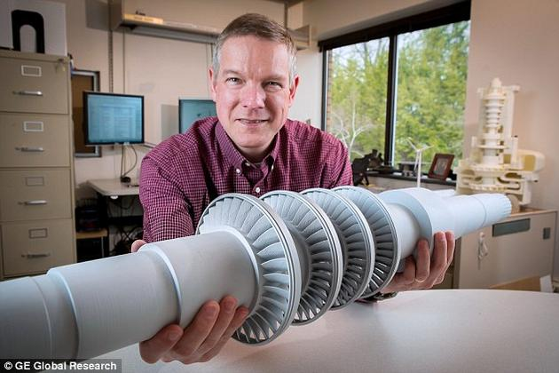 """""""这个紧凑的机器将做出惊人的事业,""""该项目的总工程师道格·霍弗(上图)说,""""世界正在寻求更加清洁,更加高效的供能方式。利用这台机器,我们可以进一步探索能满足这两种需求的理念。"""""""