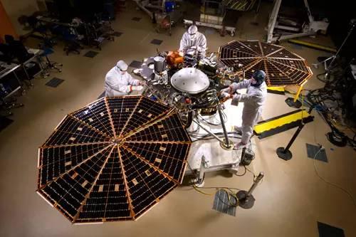 今年3月,NASA宣布于去年12月搁置的InSight将于2018年再发射。InSight是NASA利用地震勘探、地质测量以及热传输技术对火星内部进行深层次探索的重大项目,旨在帮助人类进一步理解火星岩石地表的形成原因。