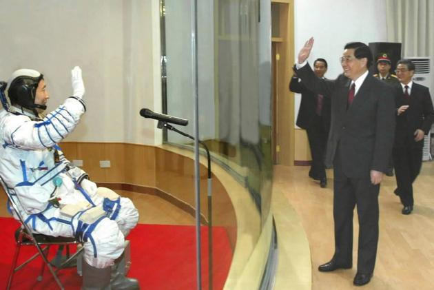 """图2 2003年10月15日,胡锦涛总书记在酒泉卫星发射中心观看我国首次载人航天飞行""""神舟""""五号飞船发射"""