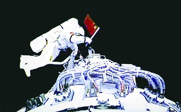 图5 2008年9月27日,执行神舟七号载人航天飞行出舱活动任务的航天员翟志刚出舱后挥动中国国旗