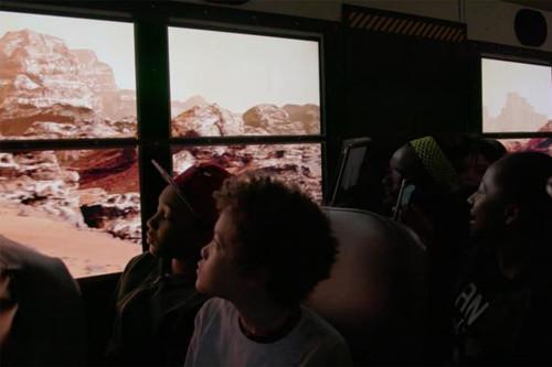 """校车玻璃重现火星表面的环境,犹如把学生""""送上火星""""。"""