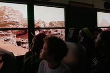 """美国校车车窗装置VR 载学生""""体验""""火星之旅"""