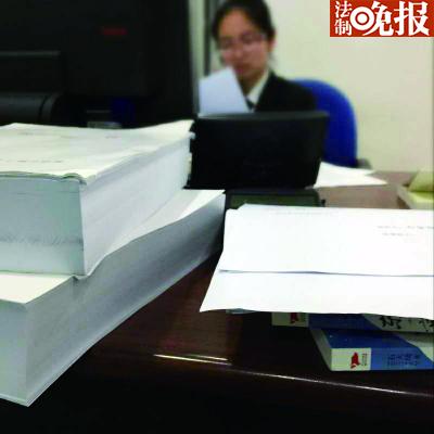 法院在对冥灵等三位作者的公证材料进行审核本版图/受访者提供