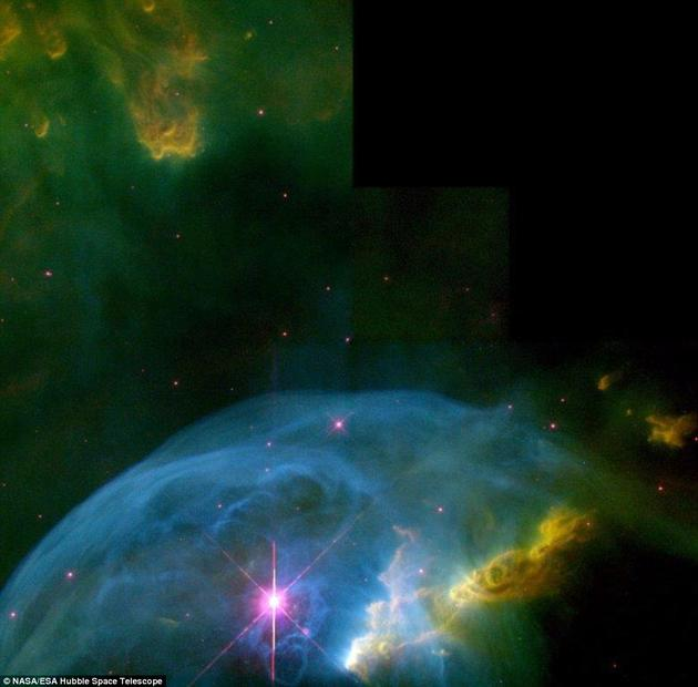 气泡星云实际上是一大团气体和尘埃组成的云团,被内部的一颗恒星照亮。威廉·赫歇尔(William Herschel)在1787年首次发现这一星云。这是2000年拍摄的气泡星云图片。