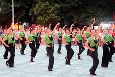 大妈们尽情地跳广场舞吧!对身体真的很有好处