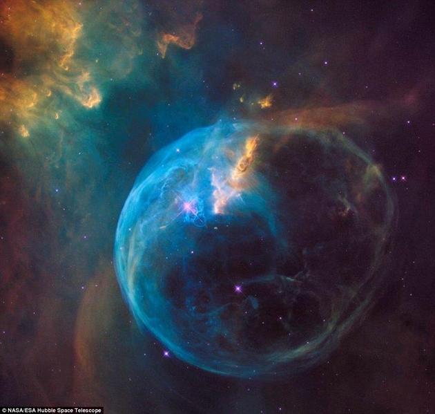 1990年,哈勃空间望远镜借助发现号航天飞机发射升空,进入地球轨道,由此成为天文史上最重要的仪器。每一年,为了纪念这一事件,哈勃望远镜会特别选择一种宇宙天体进行拍摄。今年拍摄的天体是气泡星云(Bubble Nebula),又被称为NGC 7635。