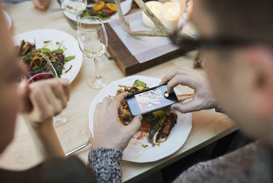 八成英国人希望餐厅设无手机区高清图片