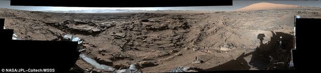 据NASA称,这里的地形是好奇号目前去过的地方中最复杂的,四处都是由风慢慢蚀刻出的尖利的石块。我们还能看到盖尔环形山的边缘,夏普山的上半部分屹立在图片右侧。