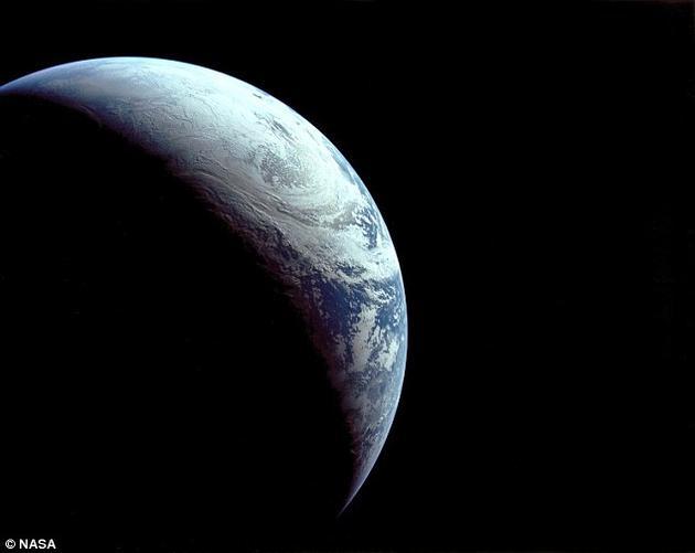不载人的阿波罗4号飞船从距离9544英里(约合1.53万公里)外拍摄的地球。科学家们想要知道,一个先进的技术文明出现的几率有多大?一旦出现,他们能够延续多久?