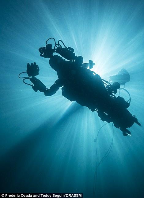 """这款""""美人鱼机器人""""长约5英尺(约合1.5米),拥有立体视觉。该技术能够让控制者""""看见""""水下的世界,就好像真的身临其境一样。"""