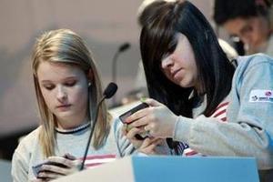 超过50%的美国青少年对手机上瘾:有消息必回