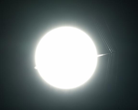 科学家改进了一种古老的摄影技术,利用太阳的亮度和独特质地,捕捉了超音速飞机产生的冲击波细节。