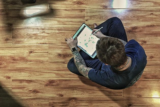 除了在INS上小有名气,这还是个喜欢用iPad Pro创作的纹身师傅