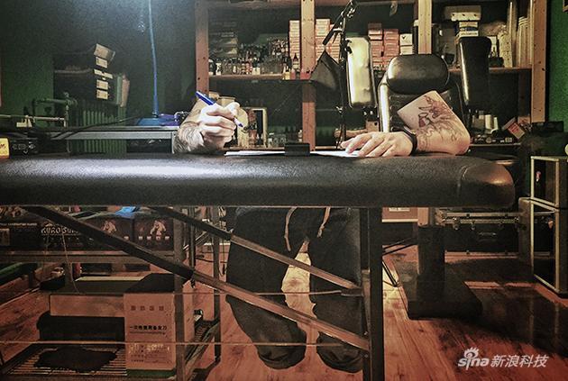 艺术创作可能是他工作的动力