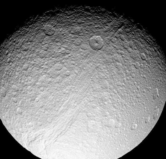 土卫三上有着一条巨大的峡谷,被命名为伊萨基裂谷(Ithaca Chasma)。研究者提出,伊萨基裂谷是在数百万年前,当土卫三与相邻的土卫四发生轨道共振时,被强大的潮汐力撕扯开来的。图片来源:NASA