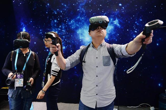 一名用户在亚洲CES展会上体验虚拟现实