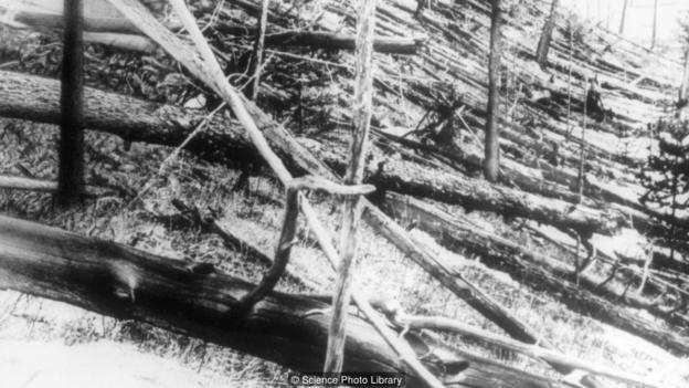 """1908年,一颗小天体撞击俄罗斯西伯利亚偏远的通古斯地区,产生的强烈爆炸摧毁了大片森林,史称""""通古斯大爆炸"""""""