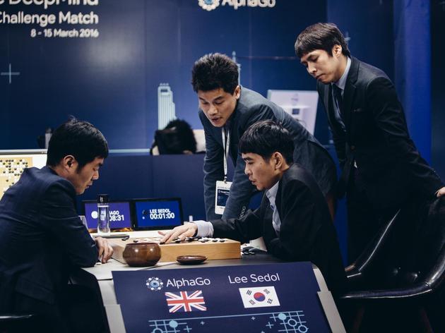李世石(右二)在一系列比赛中输给了AlphaGo,他在赛后与裁判一起复盘。