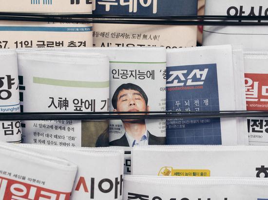 李世石与AlphaGo之间的人机大战在韩国成了重大新闻事件。(摄影:Geordie Wood;图片来源:《连线》)