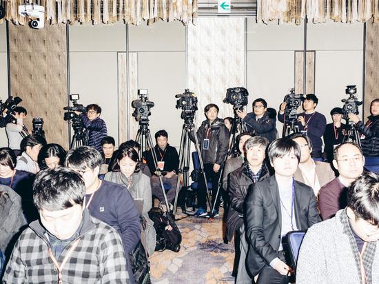 观战室中的韩国媒体。(摄影:Geordie Wood;图片来源:《连线》)