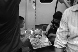 广州三男地铁上晾衣支桌子吃饭系网络主播炒作