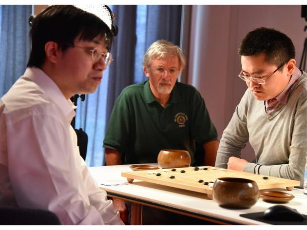 2015年10月,正在与AlphaGo苦战当中的樊麾(右一)。