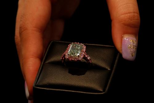 这颗绿钻拍得1680万美元。