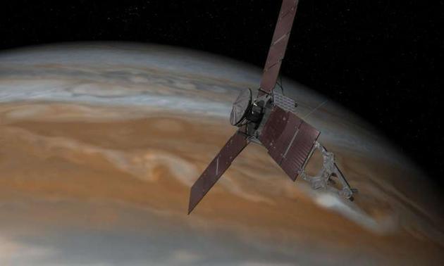 艺术示意图:正在木星上空飞行的朱诺号飞船。在抵达木星之后,这艘飞船将花费大约一年左右的时间对木星进行全方位的考察