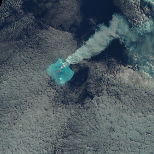 这幅伪色图中的亮红色区域应该是火山喷发的熔岩。