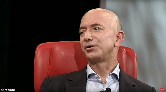"""亚马逊公司创始人杰夫·贝索斯自己创办了一家私营航天企业""""蓝色起源""""。他相信人类将需要在太空中建造大型工厂和太阳能帆板,并逐渐将地球上的重工业搬迁在太空去"""