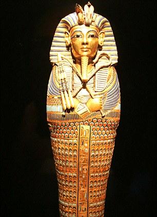 这把匕首发现于1925年,被放置在图坦卡蒙木乃伊的右侧大腿旁边。
