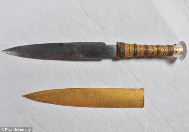 图坦卡蒙墓中的一把精美的匕首刀刃由陨石中的铁制成。其中的镍含量很高,还含有少量的钴和磷。研究人员发现,该刀刃的化学组成与一颗名叫Kharga的陨石相一致。