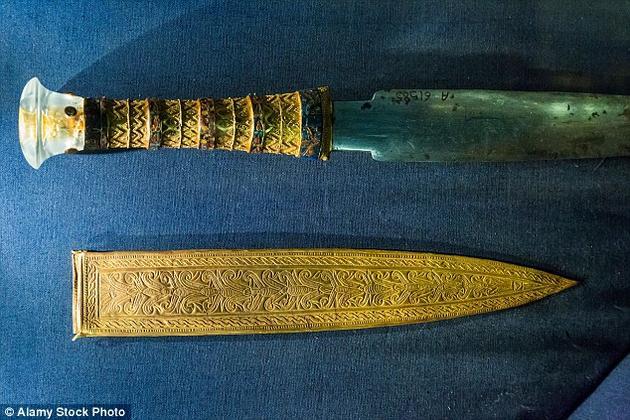 此外,与其它形状简单的陨石铁制品相比,图坦卡蒙匕首的刀刃表现出了非常高超的制造工艺,说明在图坦卡蒙时期,埃及人已经掌握了先进的铁制品技术。