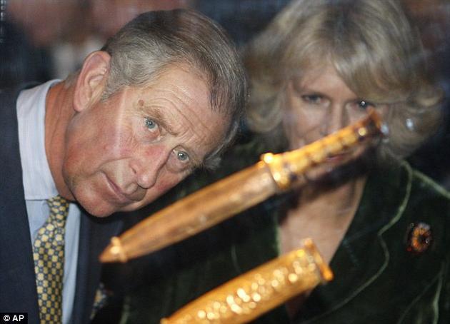 这把匕首是图坦卡蒙之墓中价值最高的宝藏之一。图为查尔斯王子和康沃尔公爵夫人正在查看匕首。