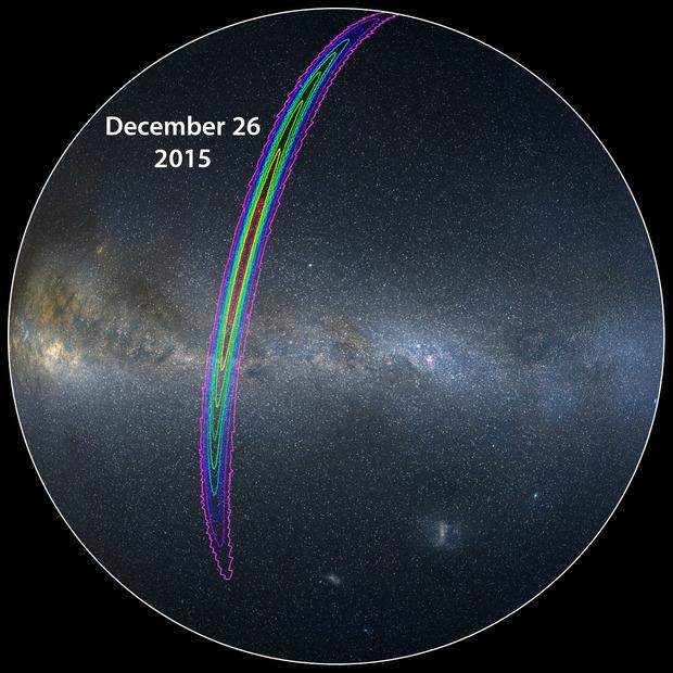 这是南半球天空示意图,标出的位置是LIGO探测器在2015年12月26日探测到的引力波信号在天空中的大致来源方位。不同的颜色线条范围代表可能性的高低:最外侧紫色线条圈定的范围代表大约90%置信度,内部黄色线圈定的范围代表的则是10%置信度水平,可见误差率还是相当大的
